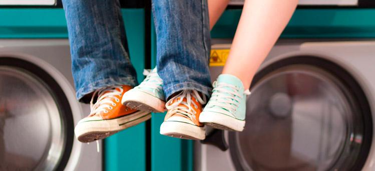 Lavare scarpe in lavatrice, piccoli consigli per un bucato perfetto