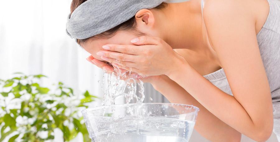 il ruolo dell'acqua contro i brufoli