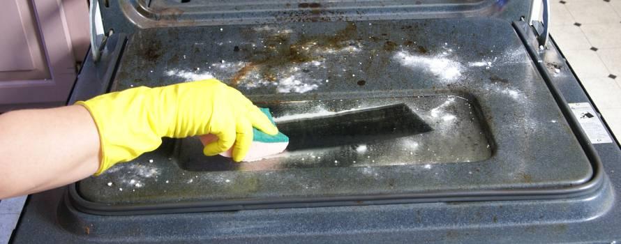 pulire il forno molto sporco