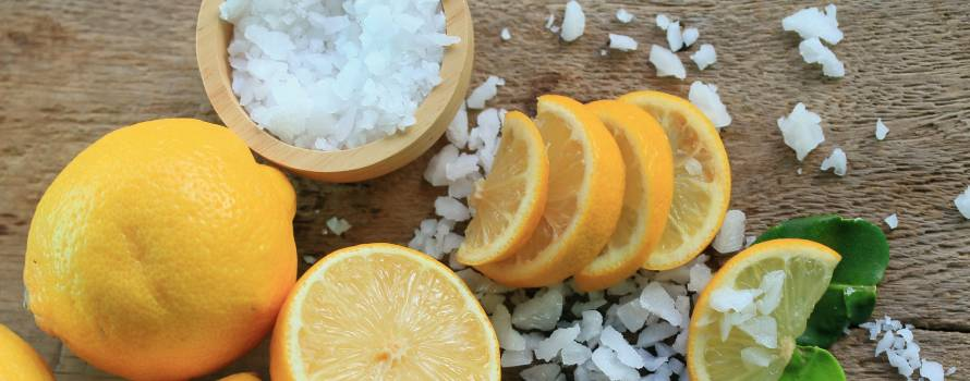 acqua sale grosso e limone per eliminare le macchie