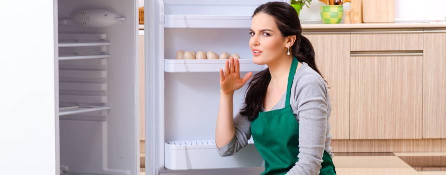 pulire il frigo sporco