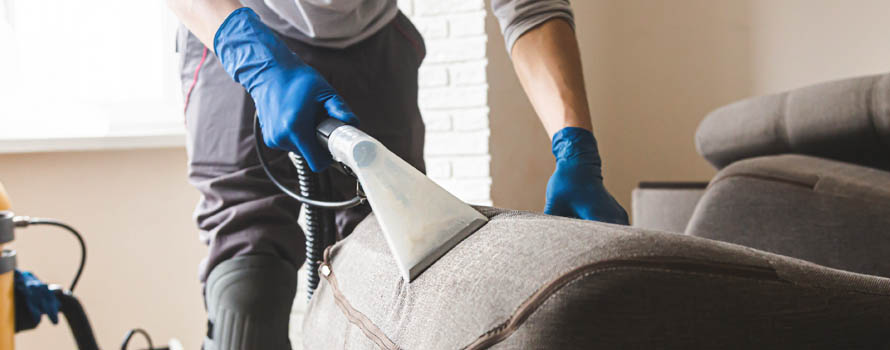 Pulizia-divano-aspirapolvere