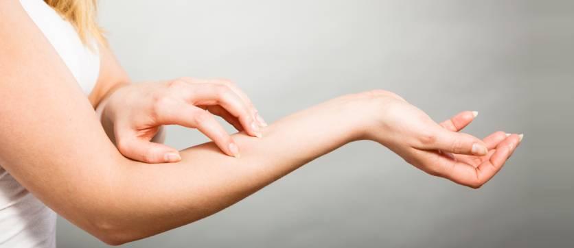 i detersivi aggressivi e le allergie alla pelle