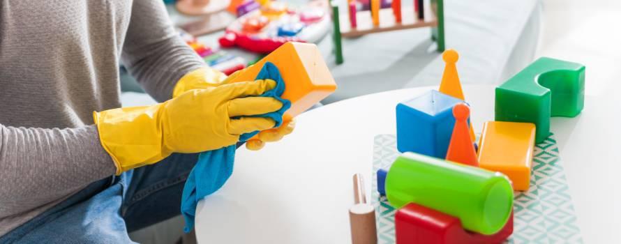 lavare i giochi dei bambini con spugne pulite e iginizzate