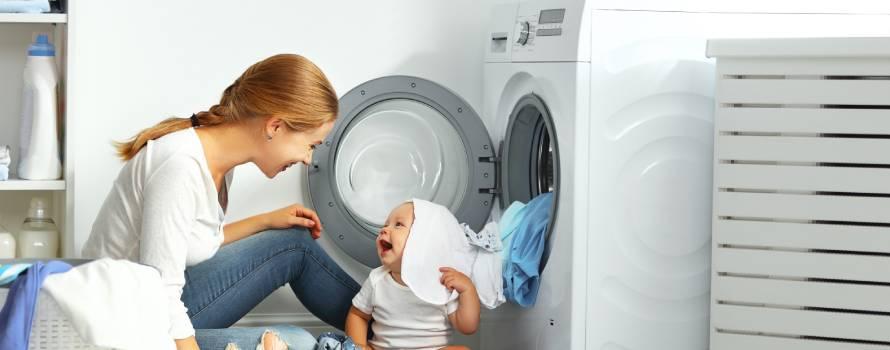 lavare i vestiti dei neonati facendo attenzione alla loro pelle