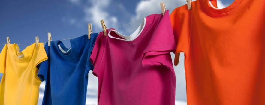 Vestiti colorati, consigli utili per lavarli senza errori