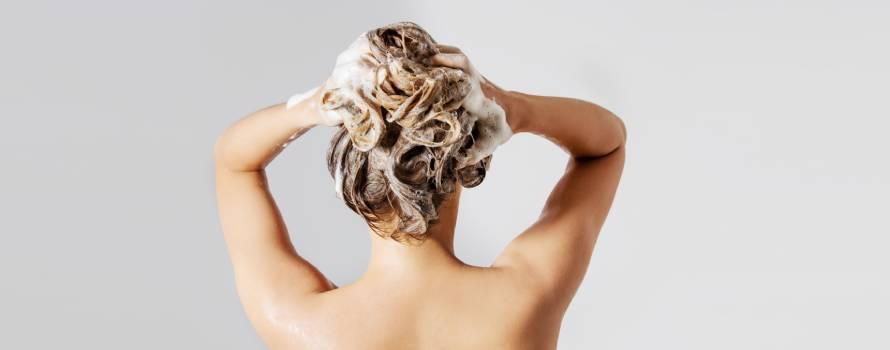 lavare i capelli con prodotti chimici